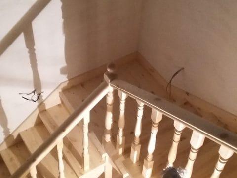 г-образная лестница с площадкой и подступёнками